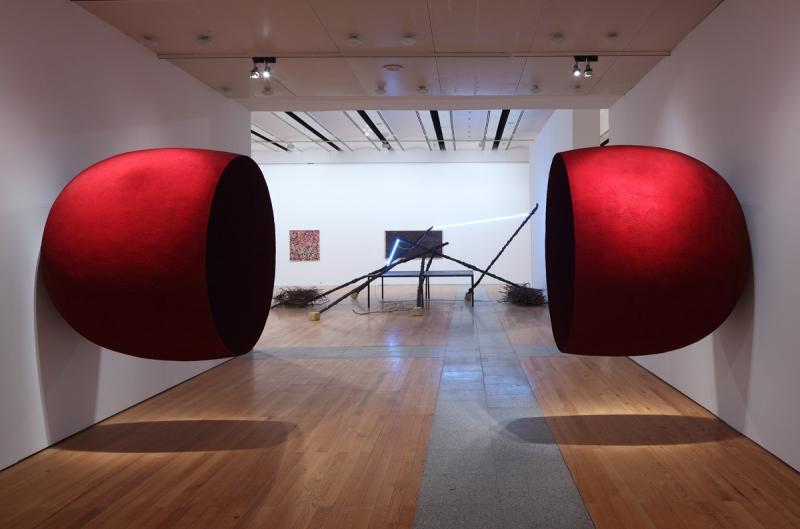Vista da exposição / View of the exhibition Museu Coleção Berardo (1960-2010). Obras de / Works by Anish Kapoor, Mario Merz e / and Alighiero e Boetti.