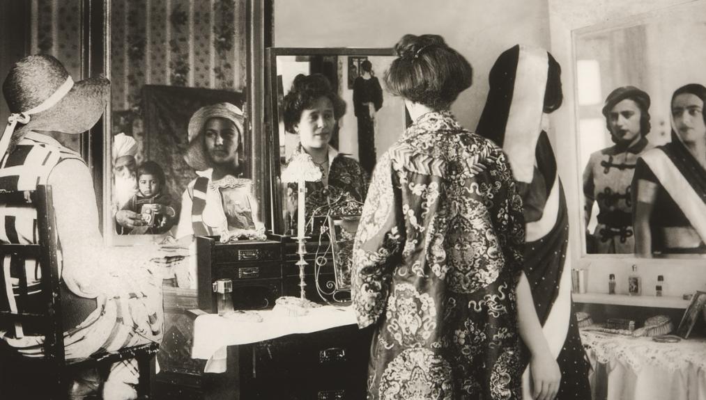 Vivan Sundaram, «Bourgeois Family: Mirror Frieze», 2001