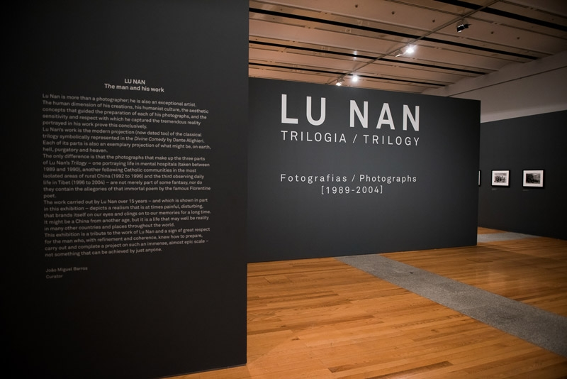 Vista da exposição / View of the exhibition. Lu Nan. Trilogia, Fotografias  / Trilogy, Photographs [1989-2004].  Museu Coleção Berardo, Lisboa.