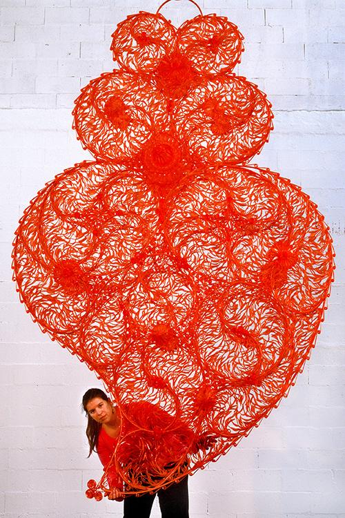 Joana Vasconcelos com a obra «Coração Independente Vermelho», 2005. Fotografia: Luís Vasconcelos. Cortesia: Atelier Joana Vasconcelos.
